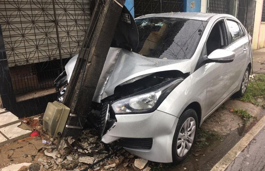 Após carro ser alvejado por tiros, motorista bate em poste no Mondubim e morre