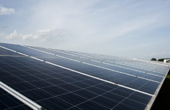 A redução na conta de energia pode ser observada desde o primeiro mês de uso da energia solar (FOTO: Reprodução/Freepk)