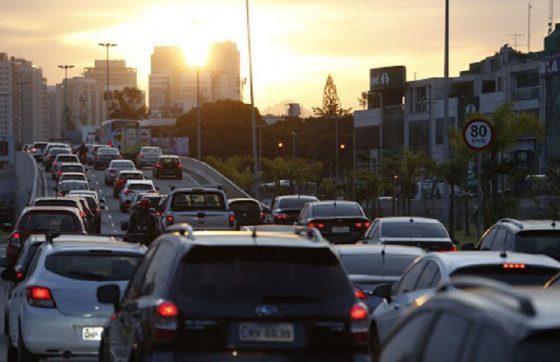 Especialistas destacam que motoristas precisam saber lidar com outros elementos que formam o trânsito, como pedestres e ciclistas (FOTO: Reprodução/TV Jangadeiro)