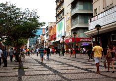 Obrigação de cuidar das calçadas é compartilhada. (Foto: Camila Cabral / Arquivo Tribuna do Ceará)