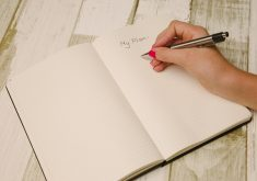 Caderno com mão de pessoa escrevendo as palavras My Plan
