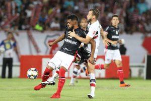A péssima situação do gramado do Arruda fez com que os times não fizessem uma boa partida. (FOTO: Marlon Costa)