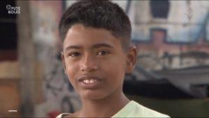 Paulo Henrique mora com a avó, a tia e um primo embaixo de um viaduto em Fortaleza.