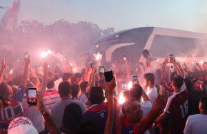 O Fortaleza embarcou para Buenos Aires com muita festa da torcida. (Foto: Paulo Matheus/Futebolês)