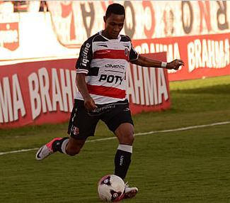 O lateral Diogo defendeu o Ceará em 2010 e pode enfrentar o Fortaleza.