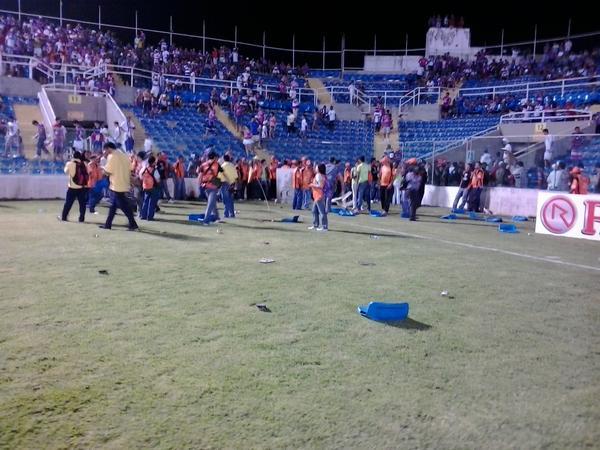 Cadeiras foram quebradas por torcedores na partida Fortaleza 1 x 3 Oeste