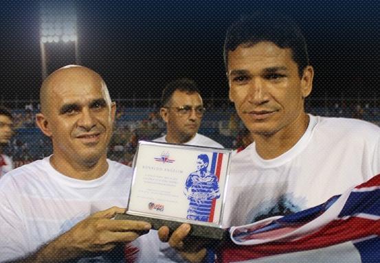 Zagueiro Ronaldo Angelim recebeu uma placa da diretoria do Fortaleza
