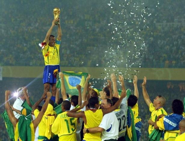 Cafu ergue a taça ao conquista o pentacampeonato mundial pela seleção brasileira