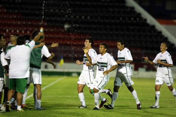 Jogadores do Icasa comemora gol contra o Joinville
