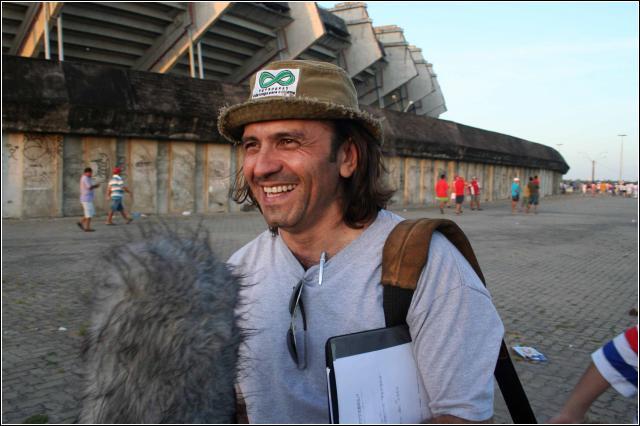 Halder Gomes na frente do antigo estádio Castelão