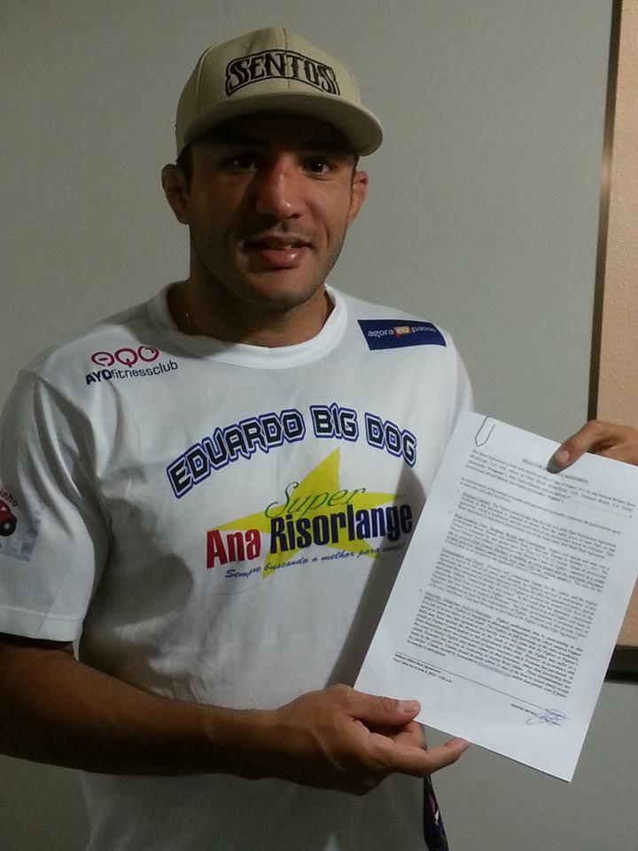 """Carlos Eduardo """"Cachorrão"""" exibe o contrato com o Bellator"""