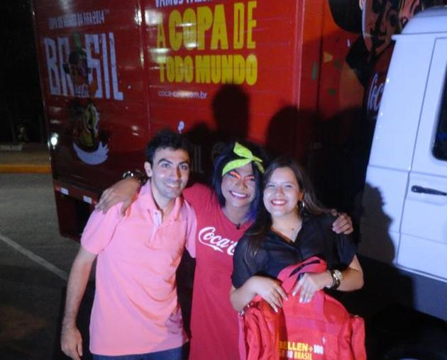 Isabellen Lira, ao lado do namorado e da humorista Maria Gasolina quando recebeu a notícia do prêmio da Coca-Cola