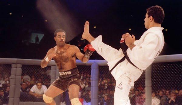 Art Jimmerson (com a luva na mão) foi derrotado por Royce Gracie (de quimono) no UFC 1