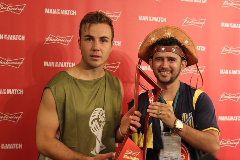 Entrega de troféu de melhor em campo (FOTO: Arquivo pessoal/Bráulio Bessa)