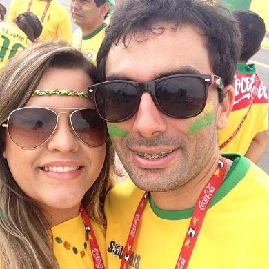 Alexandre S. Leite e Isabellen Lira, namorados de Fortaleza, levaram 99 amigos e familiares ao jogo do Brasil contra o México no Castelão, na última terça-feira (Foto: Acervo pessoal)
