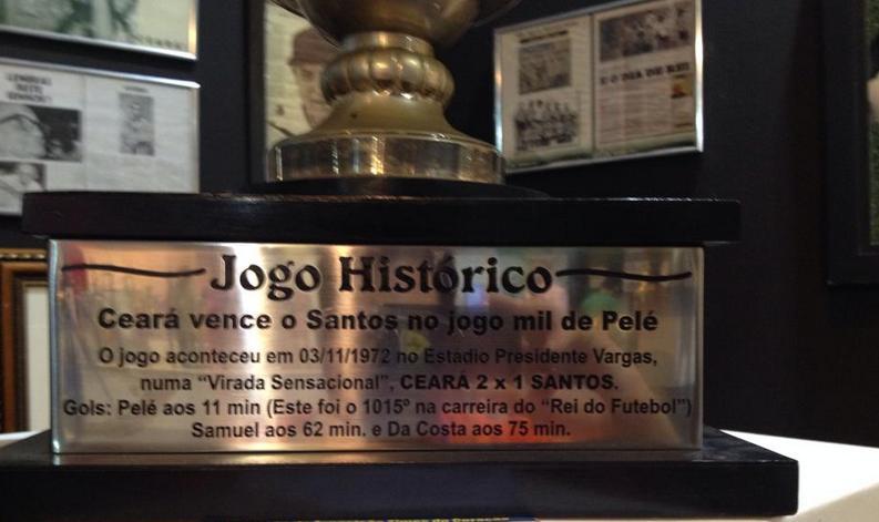 Taças históricas dos clubes também estão na exposição (Foto: Caio Costa)