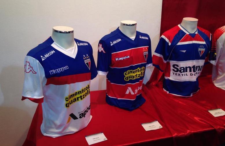 Os recém-lançados uniformes do Fortaleza também estão na exposição (Foto: Caio Costa)