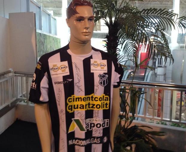 Camisa do Ceará com autográfos dos campeões deste ano (Foto: Caio Costa)