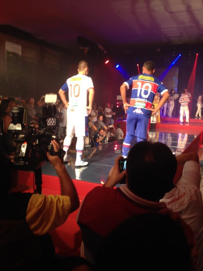 Corrêa (com o uniforme número 2) e Waldison (com o uniforme número 1) foram os principais modelos da noite (FOTO: Lucas Catrib)