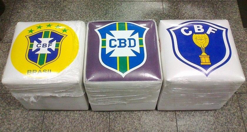 Os pufes com escudos da seleção brasileira serão sorteados entre três leitores do Tribuna do Ceará (Foto: Tribuna do Ceará)