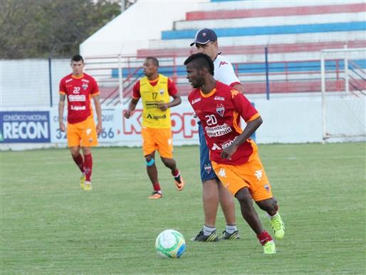 Erick Flores treinou entre os titulares (FOTO: Divulgação/Nodge Nogueira)