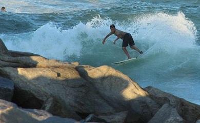 Praia do Portão, ao lado do Porto do Mucuripe, é um ponto de surfistas profissionais (Foto: Raimundo Cavalcante/Acervo pessoal)