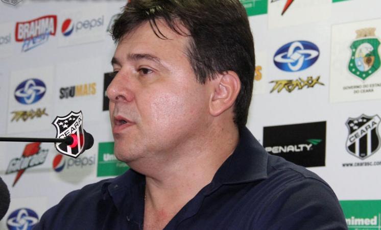 Robinson de Castro mostrou-se bastante irritado com arbitragem do Mineiro Emerson de Almeida Ferreira. (Foto: Divulgação/CearáSC.com: