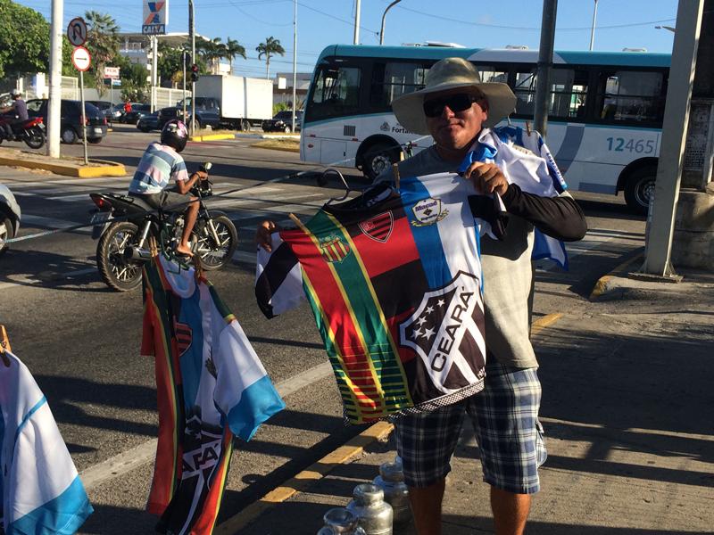 Para se sustentar, vendedor comercializa camisas do Macaé (Foto: Lucas Matos/Tribuna do Ceará)
