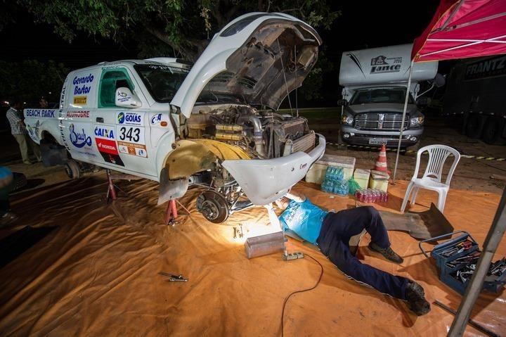Equipe vira à noite para entregar o carro em condições de corrida (Foto: Arquivo Pessoal)