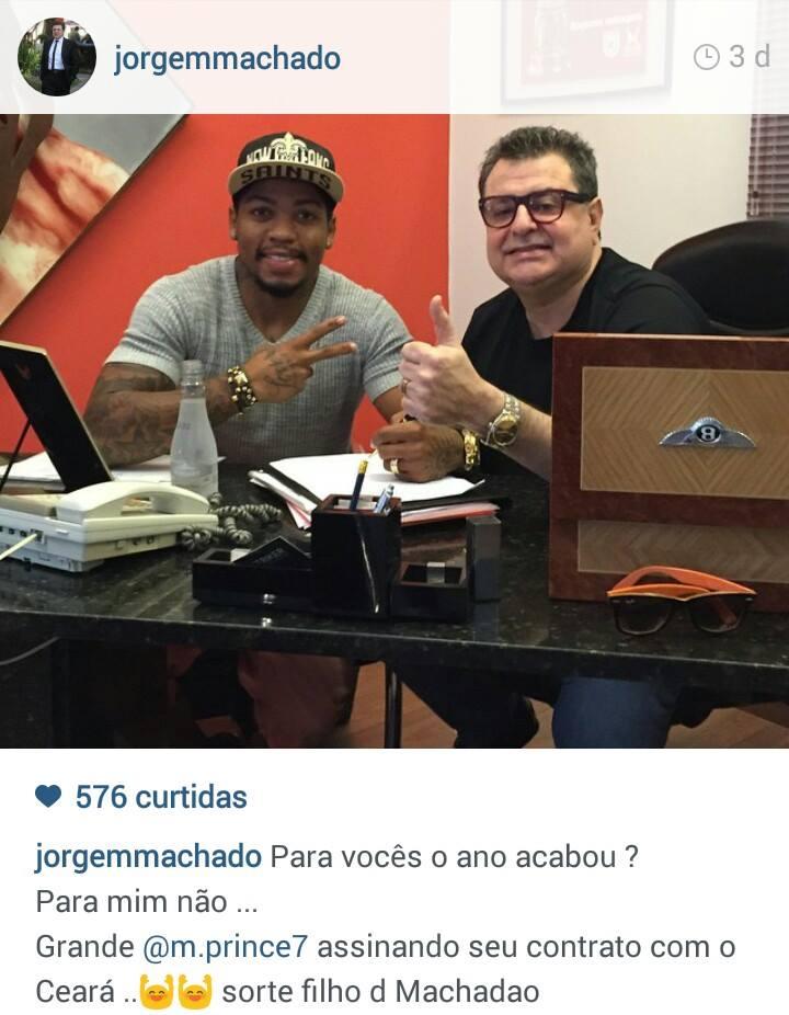 Marinho acompanhado de seu empresário Jorge Machado assinando contrato. (foto: Reprodução/Instagram)