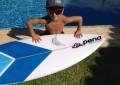 Guilherme e sua inseparável prancha, onde ele pega as melhores ondas (Foto: Geraldo Lemos/Reprodução)