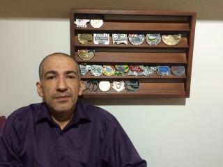 Após parar de fumar, Marcello coleciona diversas medalhas das provas que participou (Foto: Lucas Matos / Tribuna do Ceará)