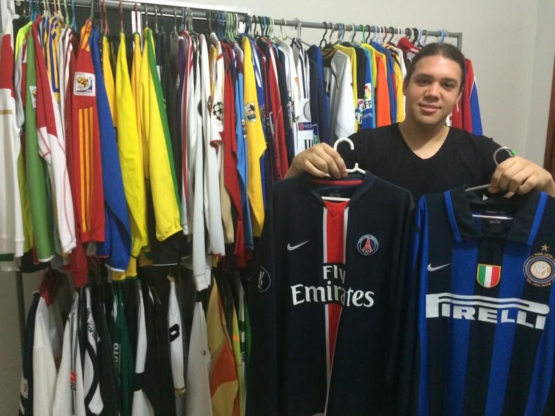 Guto espera cinco camisas para chegar a 139 em sua coleção )Foto: Lucas Matos/Tribuna do Ceará)