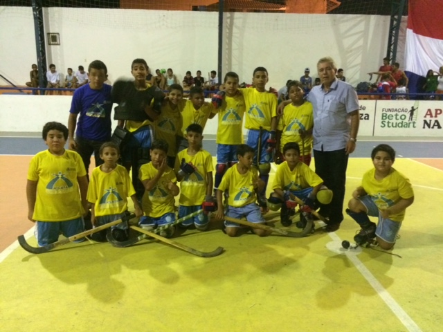 A Escola Municipal Ismael Pordeus abraçou a ideia de promover aulas de hóquei em patins (FOTO: divulgação)
