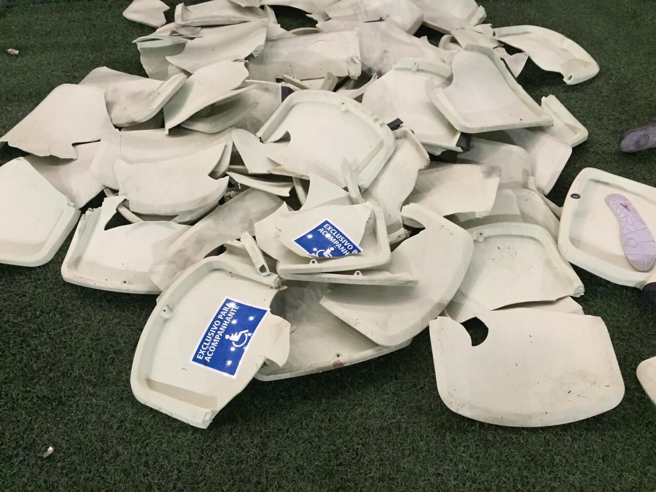Clássico-Rei terminou com 1.580 cadeiras quebradas e prejuízo de R$ 500 mil (FOTO: Lucas Catrib/Tribuna do Ceará)