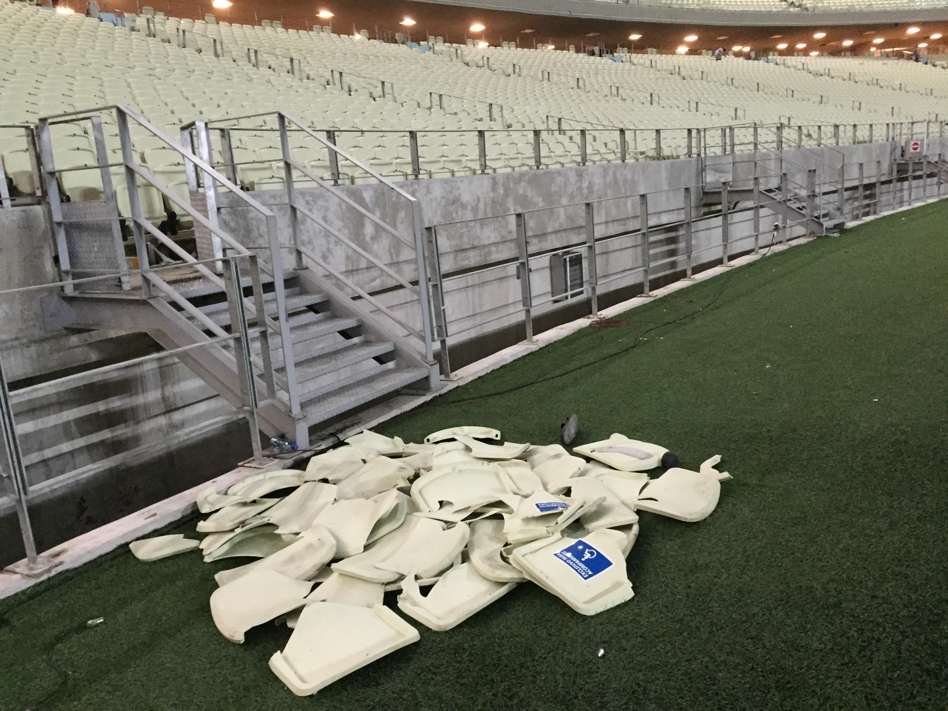 No total, 1580 cadeiras foram quebradas na final do Cearense 2015 (FOTO: Lucas Catrib)