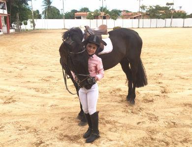 Mel começou a cavalgar com apenas 1 ano e meio (Foto: Lyvia Rocha/Tribuna do Ceará)