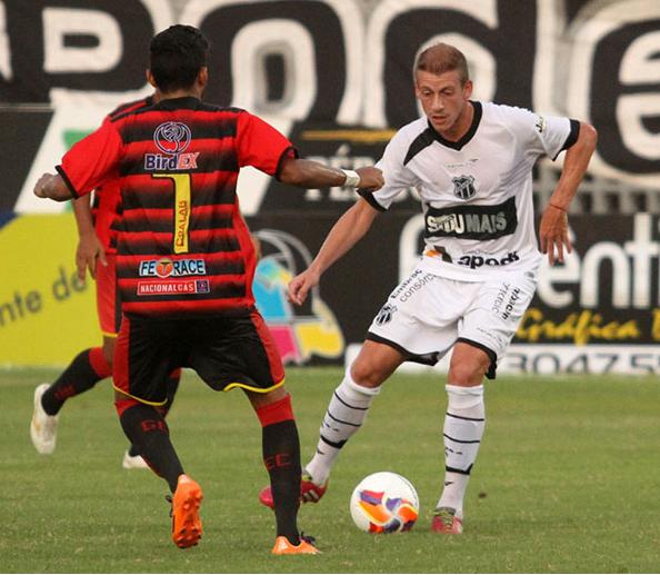 Uillian Correia atuou como titular no meio-campo alvinegro (Foto: divulgação/CearaSC.com)