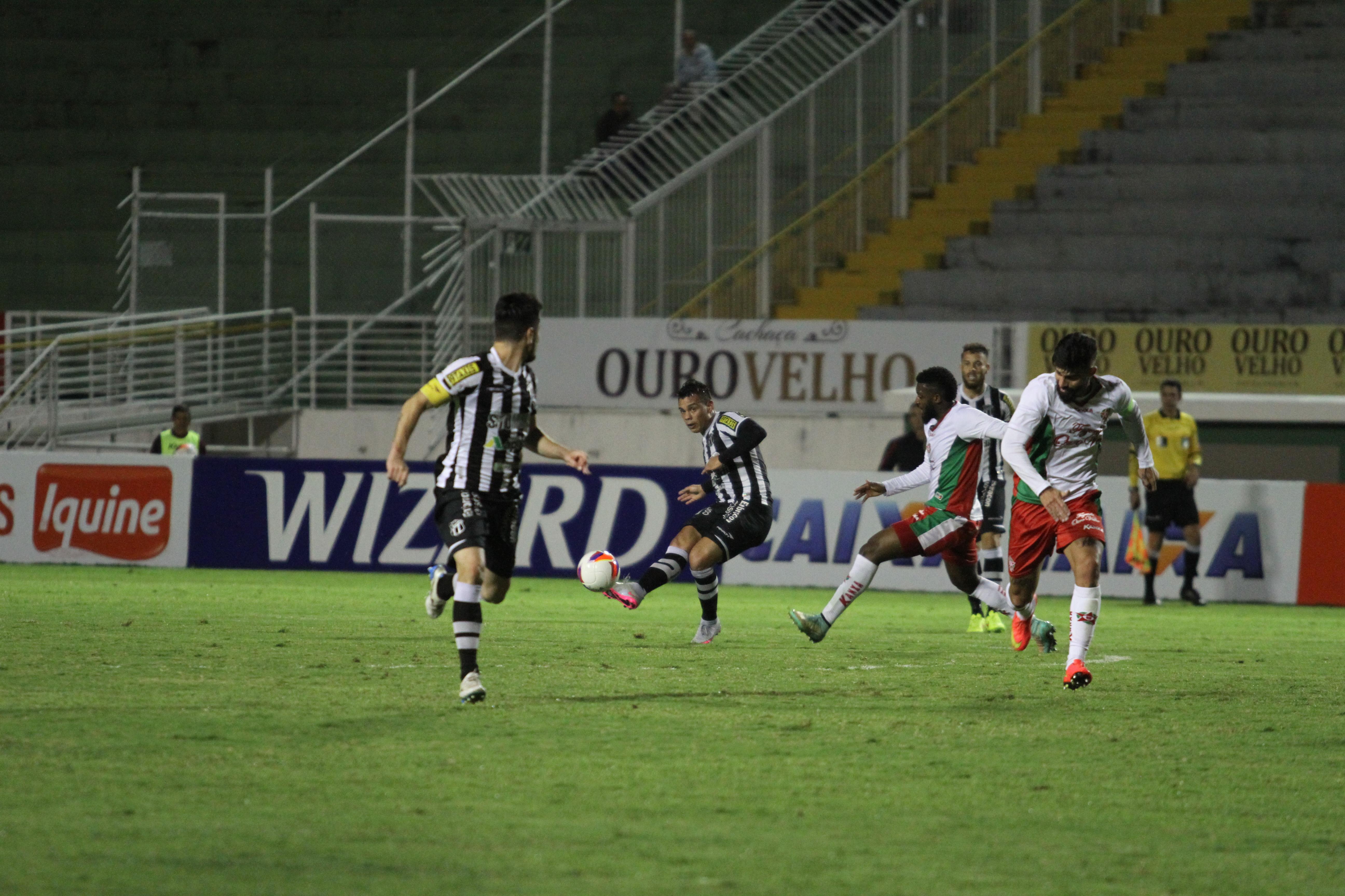 O Alvinegro teve mais posse de bola no primeiro tempo de jogo (Foto: Christian Alekson/CearaSC.com)