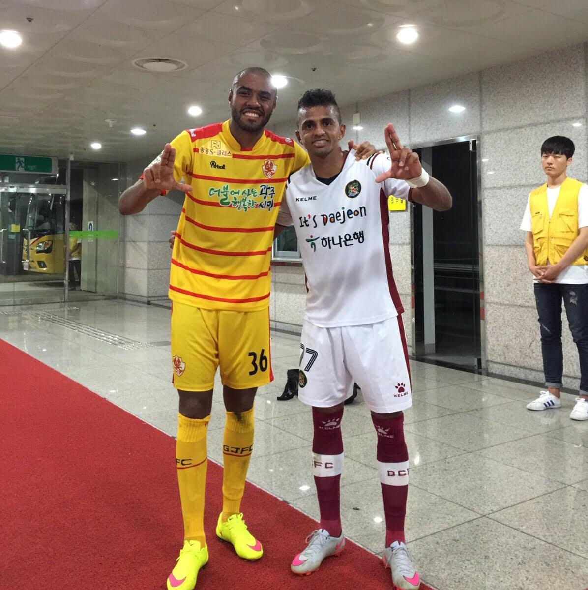 Cassiano e Wanderson duelaram na J-League, o campeonato nacional da Coreia do Sul (Foto: arquivo pessoal)