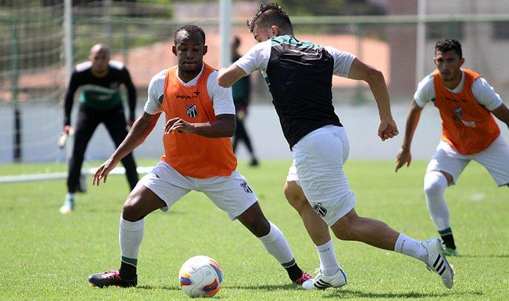 Victor Luís será o lateral esquerdo titular diante do Macaé (Foto: Rafael Barros/cearasc.com)