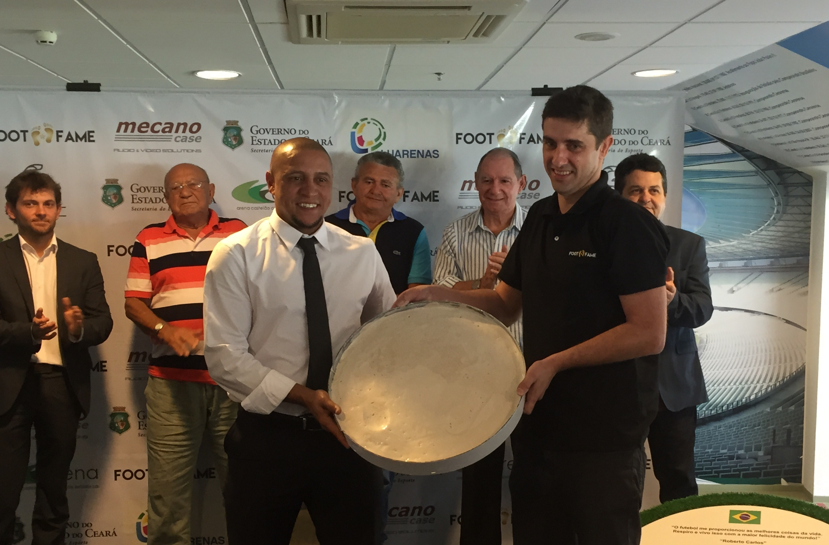 Roberto Carlos agora é mais um integrante da calçada da fama da Arena Castelão (Foto: Lucas Catrib)