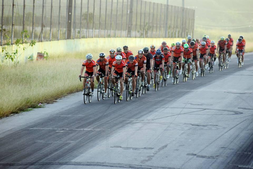 Os ciclistas treinam na pista do autódromo durante dois dias da semana (Foto: Elton Viana)