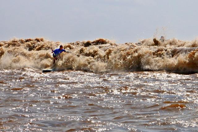 Marcelo Bibita e George Noronha lutaram para pegar a intensa onda da Pororoca (Foto: Eder Jean)