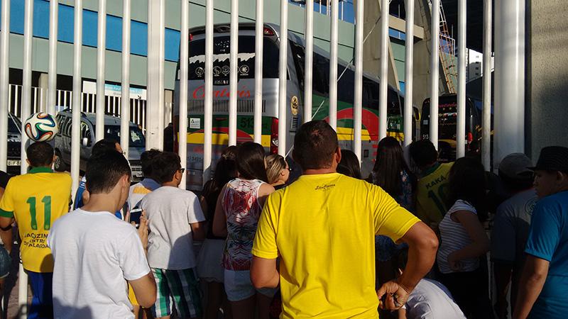 torcedores-esperam-treino-seleção-brasileira (4)