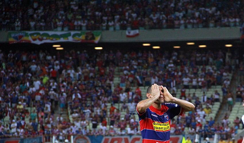 O zagueiro Adalberto lamenta mais uma frustração do tricolor na Série C (FOTO: Tribuna do Ceará/Fernanda Moura)