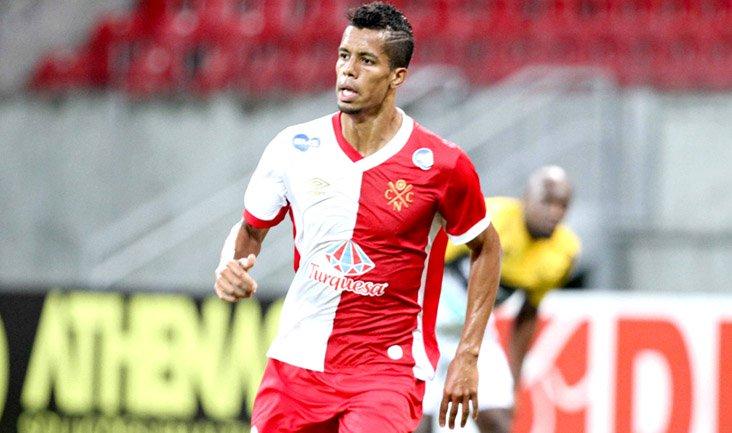 O jogador vestiu a camisa do Timbu em 2015 (Foto: Aldo Carneiro/ PE Press)