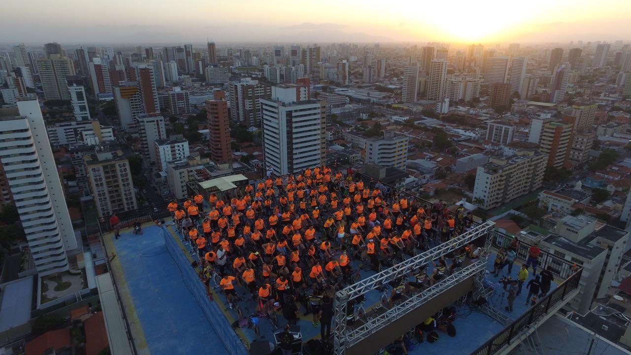 Pedalada no topo de prédio reúne 400pessoas em um visual incrível