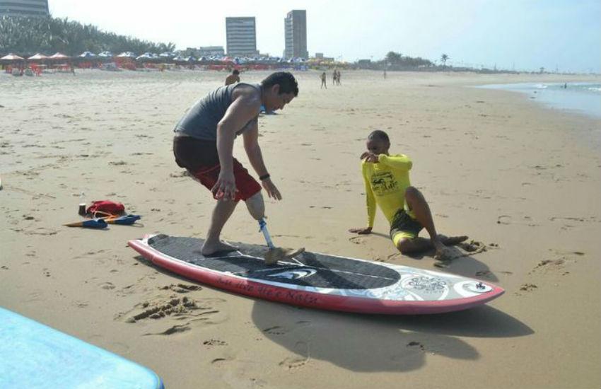 Projeto social ensina surfe gratuitamente para pessoas com deficiência em Fortaleza