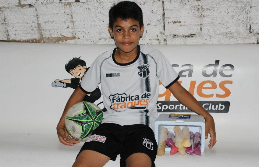 Menino vende dindim para pagar mensalidade da escolinha de futebol do Ceará